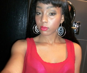 Afro-American hottie Mimi West labyrinth her sweet tits..