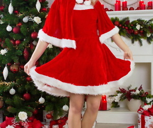 Nice teen chick doffs her Christmas clothing for nude..