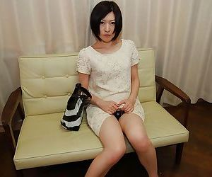 Asian cutie Mari Suzui shows her..