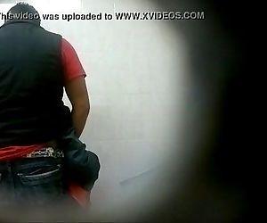 Tiozao Ordenhando novinho no banheiro!