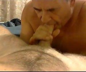 Chupando ate o gordinho gozar