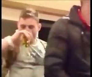 .hetero mostra como chupar um pau