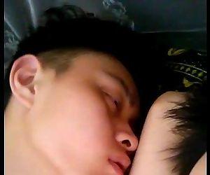 Sáng sớm mò cu thằng bạn ngủ say