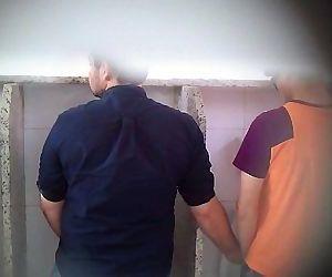 Homens bonitos flagrados se pegando em banheiro público! 100%REAL