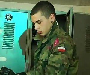 Soldados russos gostosos mijando e gozando