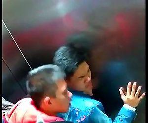 Chineses foram flagrados fazendo banheirão / VEJA A REAÇÃO DELES