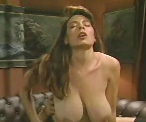 Christy canyon aime putain sur rouge canapés