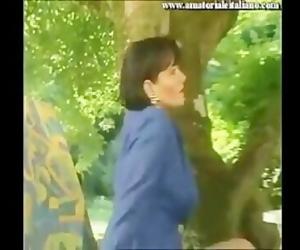 Matura si scopa lamico del figlio durante un picnic