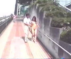 高速道路SAで全裸 階段の上から放尿
