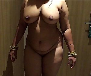 INDIAN DESI WIFE AUNTY SEXY SHOW - 57 sec