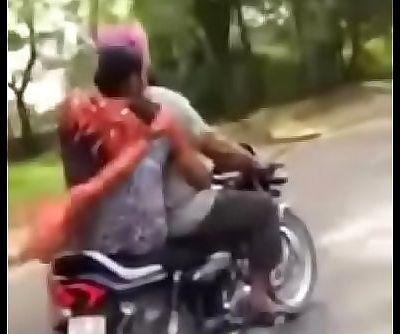 Sardarni ne bike par sardar ki muthi mari 45 sec