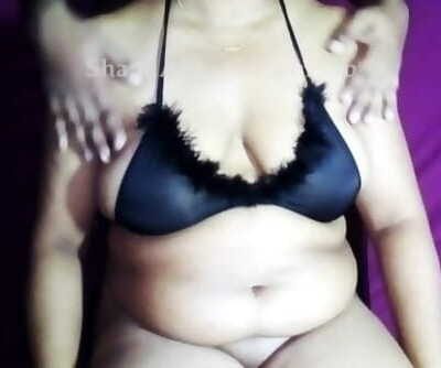 Sri Lankan Tit Massage Oil Boob Massage with Boob Squeeze - තෙල් දාලා ශානිගෙ ලොකු..