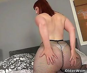American milf Scarlett pushes a dildo deep into her pussy 12 min HD