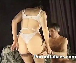 Porno italiano - Mora riccia milf italiana scopata sul divano del set - 8 min