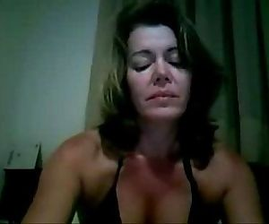 coroa gostosa se masturbando na webcam de bikini - 8 min