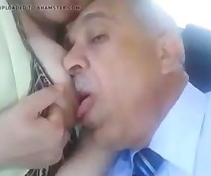 مصري يمصمص بزاز زوجة ابنه الساخنة..