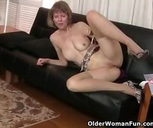 American milf Jamie Foster spreads her inviting pussy
