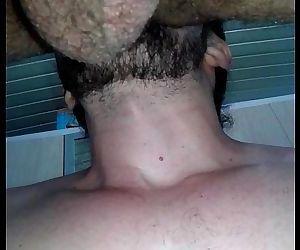 Lambendo e socando bareback um cuzão mega peludo