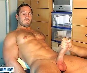 This sexy straight guy get wanked his enormous cock by a guy !
