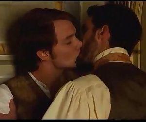Àlex Batllori desnudo y beso gay