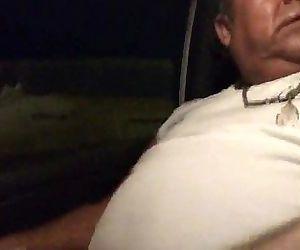 coroa gostoso me dando o pau pra brincar dentro do carro