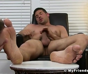 Hunk Leo Giamani wanks off to sight of toe sucking