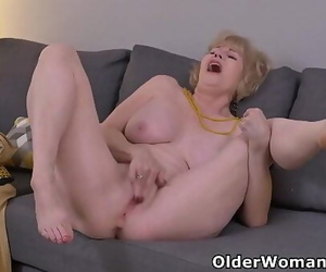 Blonde gilf Sindee Dix gives her old vagina a workout 12..