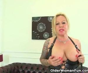 Naughty UK Mummy Camilla Rubs her old Pussy