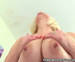 British Grandma Lacey Starr Fucks her Cunt with a Dildo