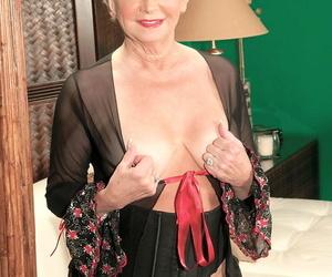 Gorgeous granny DeAnna Bentley gets her mature puss..