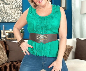Thick granny Elara Elis has hook-up with her toy boy in..