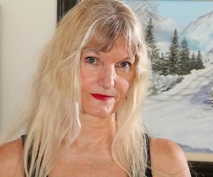 Light-haired cougar lisa cognee plays with her older muff..