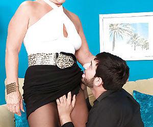 Platinum blond cougar Jeannie Lou undresses down to hose..
