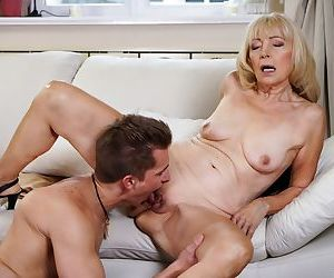 Mature granny Szuzanne deep throats & gets her pussy..