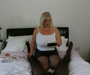 Plump granny Lacey Starlet feeds her facehole & vagina..