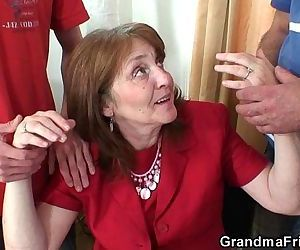 Old bitch takes it from both ends - 6 min