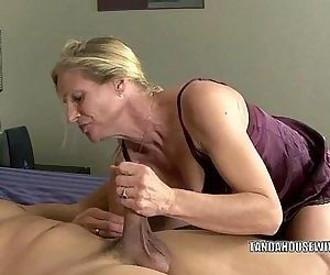 Mature slut Violet fucks a black dude - 6 min HD