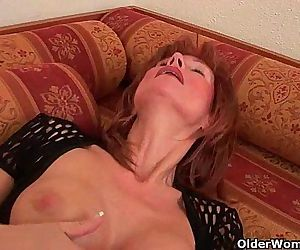Sultry senior lady is toying her meaty pussy - 5 min HD