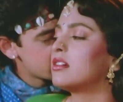 Aamir Khan Gives Juhi A Hickey - Tum Mere Ho - Molten Kissing Scenes.mp4