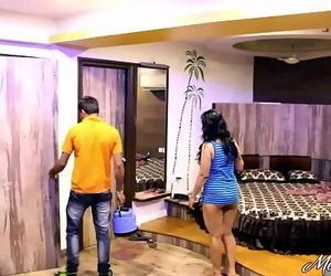 Indian Mona Bhabhi Taunting Culos Service Boy In Hotel..
