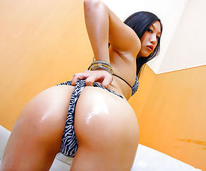 Horny japanese girl probing her wet twat - part 4612