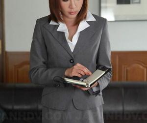 Japanese businesswoman Emiri Mizukawa plays with a creampie after sex