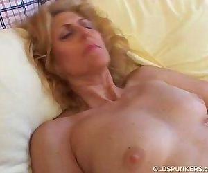 Mature amateur loves to cum - 5 min