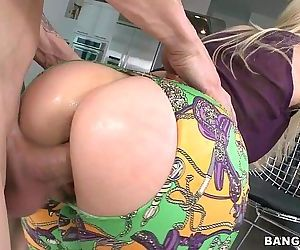 Blonde MILF with a great Ass..