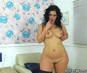 Curvy milf Montse Swinger finger..