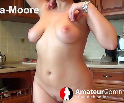 Amara Moore in der Küche