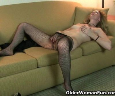 American milf Lacy strips off and..