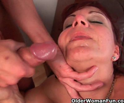Mature mom gets her gaping pussy..