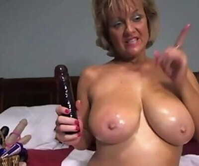 Cougar Milf enjoys masturbating..