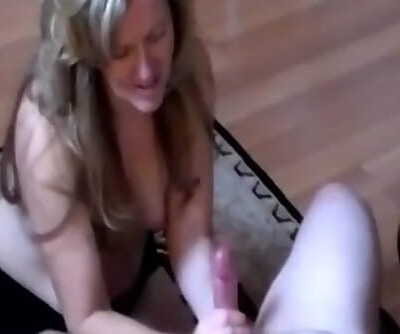 Sexy Housewife Giving an Amazing..